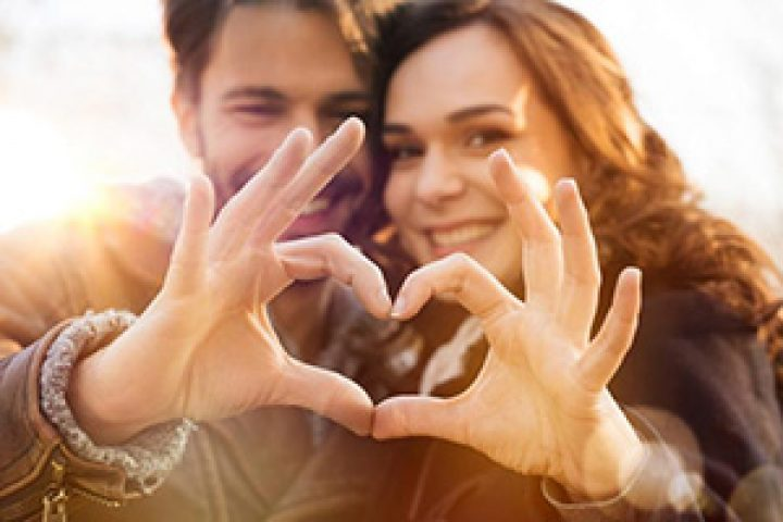 soulcon-couple-marriage-tips-heart-fingers
